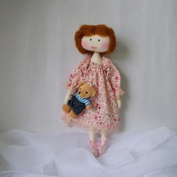 Boneca com cabelo de lã penteada.