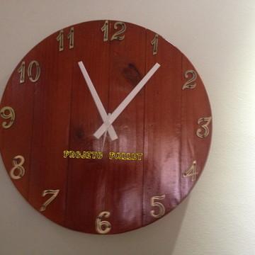Relógio de parede feito de pallet