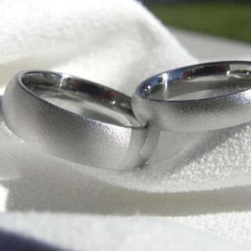 Alianças de casamento.