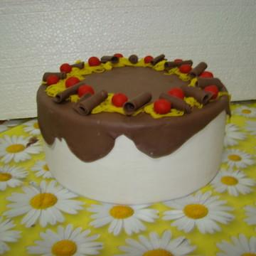Bolo decorado com calda de chocolate