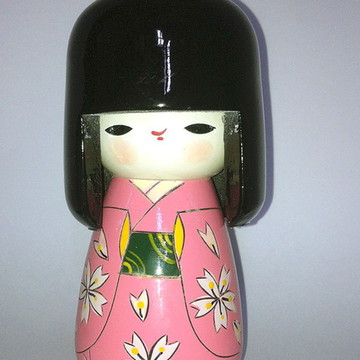 Boneca Kokeshi laço na cabeça