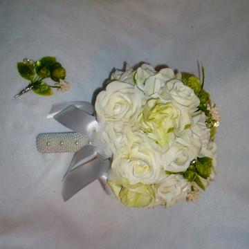 Buque verde e branco, acompanha flor de lapela.