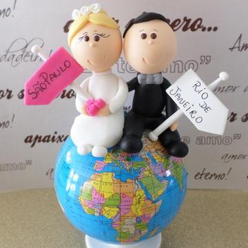 casal de noivinhos no globo terrestre