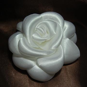 Flor camélia boleada branca