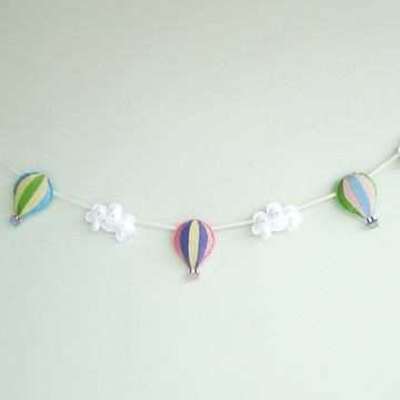 Varal de Balões Soft Colors entre Nuvens