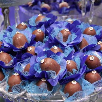 Forma de doce fino em tecido azul royal