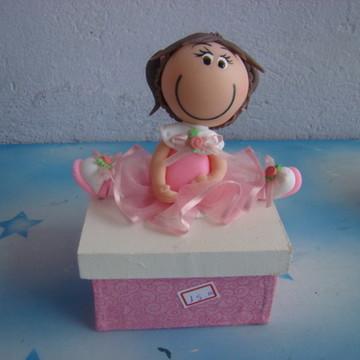 caixa forrada com tecido e boneca rosa