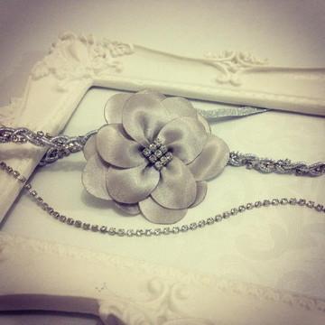 Tiara strass PRATA com flor em cetim