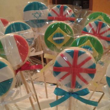 Pirulito de biscoito com bandeiras