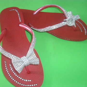 Chinelos decorados com manta de strass