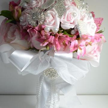 Buquê de Broche, fita e flores de eva