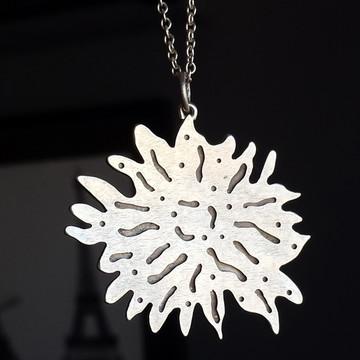 Pingente de prata em formato de flor