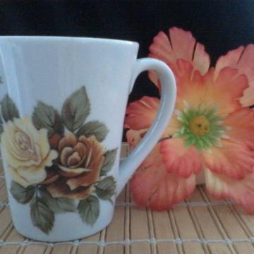 caneca de porcelana com rosas grandes