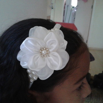 Tiara Flor de Cetim Branca com Pérola