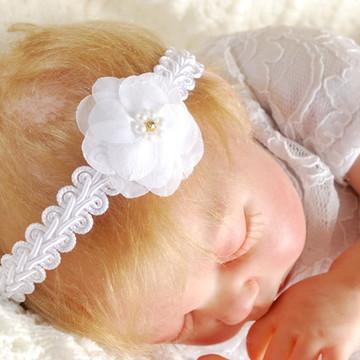 Faixa de cabelo BATIZADO branca com flor