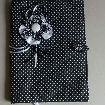 Capa de livro em tecido preto e branco