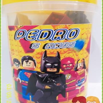 balde com blocos de montar tipo LEGO
