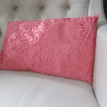 Almofada de cetim com guipure
