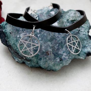 Gargantilha de couro pentagrama preta