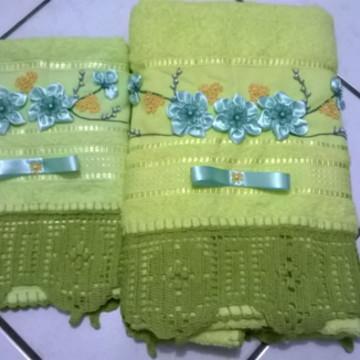 toalha decorada com flores fitas