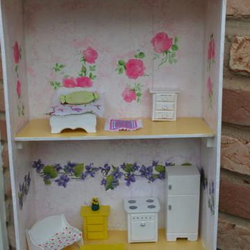 Casa de bonecas no caixote de uvas