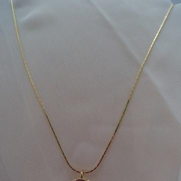 Colar dourado de corrente chata com pingente Rosa Retro