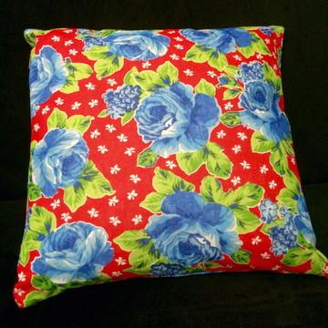 Almofada chitão vermelha flores azuis