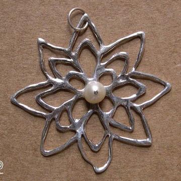 Pingente flor de prata com pérola