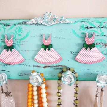 Quadro Porta-bijuterias de Parede - Menina Moça
