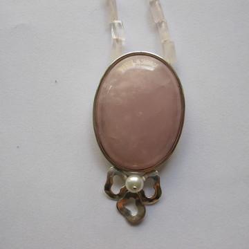 Colar com quartzo rosa.