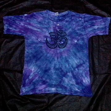 camiseta tie dye com estampa OM