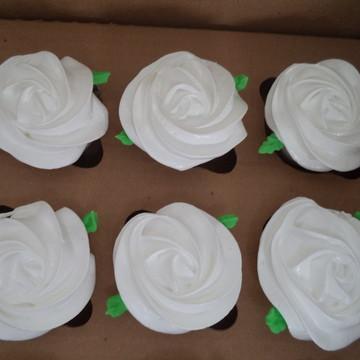 Cupcakes - Rosas de Marshmallow na Cor Branca com Folhas