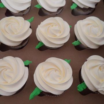 Cupcakes - Rosas de Marshmallow na Cor Creme com Folh