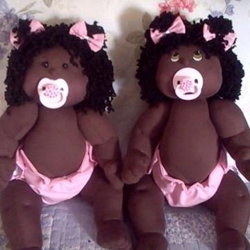Boneca de pano bebê negra com chupeta
