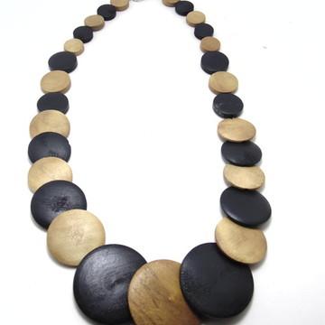 Colar de madeira preto e marrom claro
