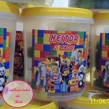 balde com blocos de montar lego movies