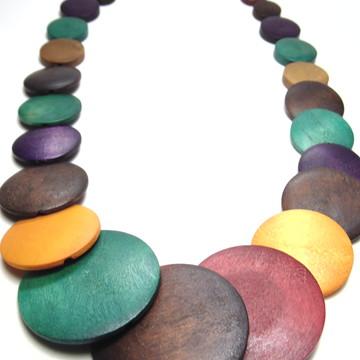 Colar de madeira colorido, leve, medio.