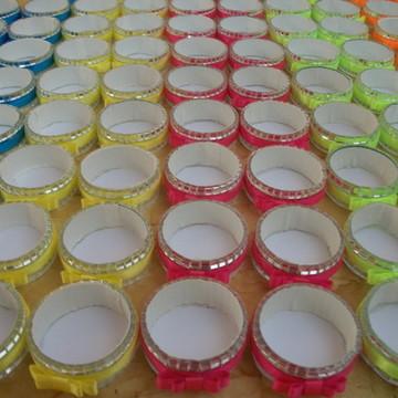 Forma espelhada de doces em cores neon