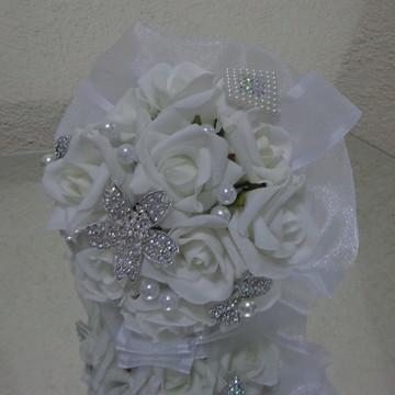 Bouquet com flores e broches