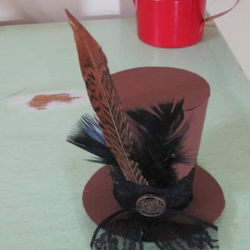 Cartola marrom com pluma