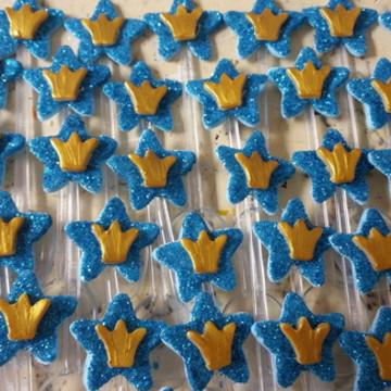 Estrela azul com coroa dourada na colher