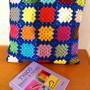 Almofada-de-granny-squares-em-azul-almofada-square-crochet
