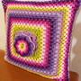 Almofada-de-granny-squares-floral-almofada-square-crochet