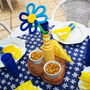 Centro-de-mesa-garrafinha-com-flor-em-trico-festa-jardim