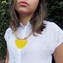 Colar-de-couro-bege-e-resina-amarela-colar-amarelo