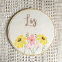 Porta-de-maternidade-aquarela-e-bordado-flores-clean