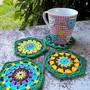 Porta-copos-em-hexagonos-multicoloridos-crochet