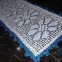 Passadeira-margarida-na-cor-azul-royal-passadeira-de-croche-com-flores