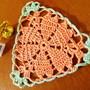 Toalhinha-em-crochet-triangulo-coracoes
