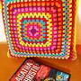 Almofada-de-granny-squares-coloridos-almofada-square-crochet